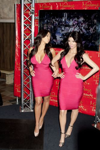 Kim Kardashian with her wax statue at Madame Tussauds 12